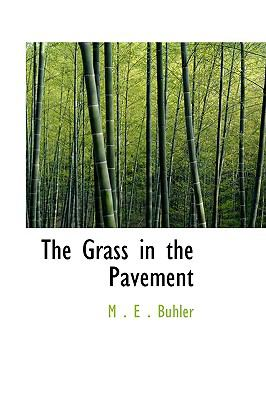 Paperback The Grass in the Pavement Book